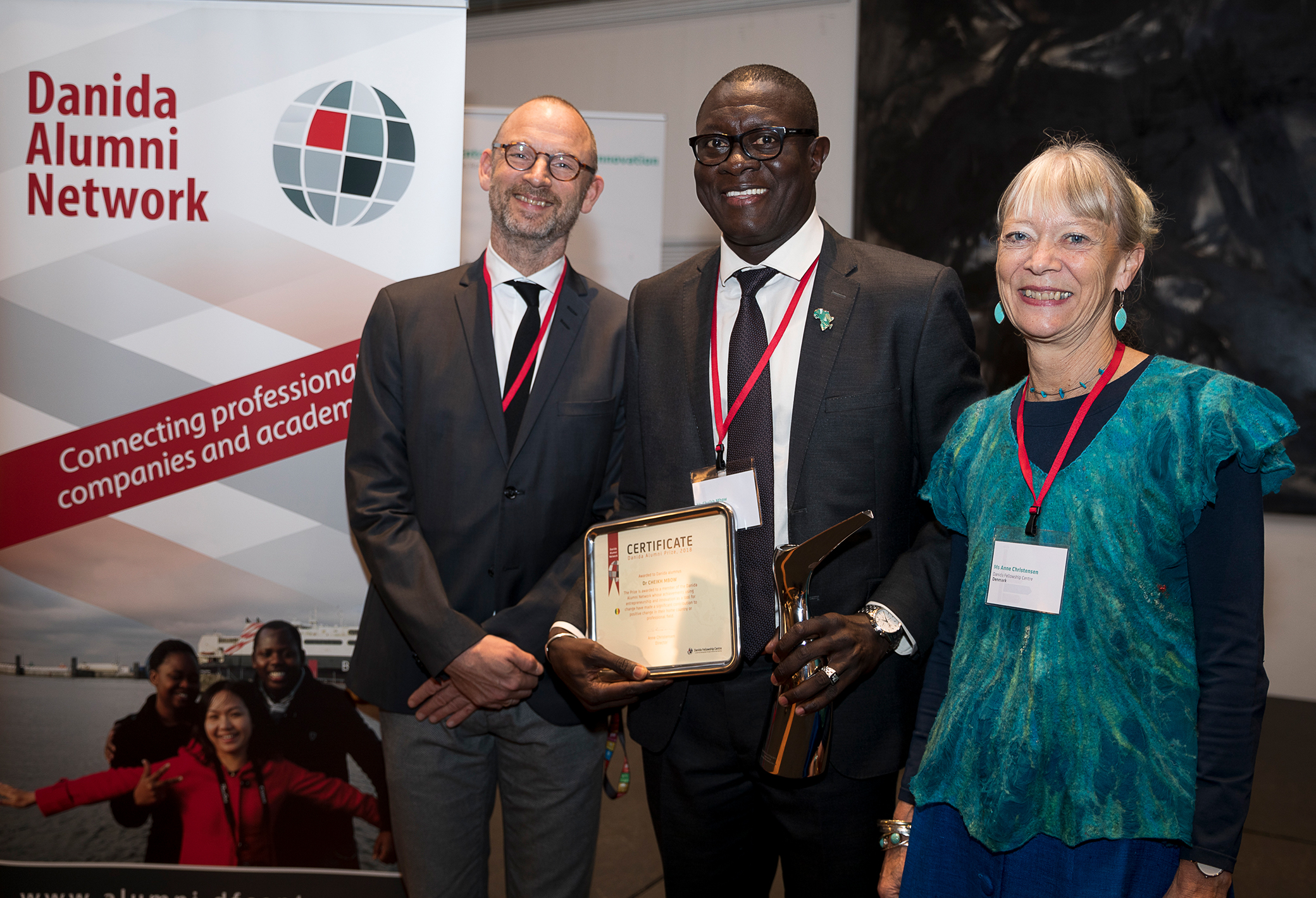 Martin Bille Hermann, State Secretary for Development Policy, the Ministry of Foreign Affairs of Denmark, and Anne Christensen, Danida Fellowship Centre, presented the 2018 prize at the award ceremony in Copenhagen on 8 November.